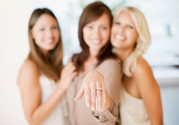 Az egyiptomiak úgy gondolták, hogy a szerelem vénája a bal kéz negyedik ujjából fut egyenesen a szívbe, ezt a hagyományt is őrzi a jegygyűrű viselése.