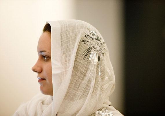 - Bekötik a fejét - a mondás eredete arra az időre vezet, amikor a házasság után a nők kendőt öltöttek.