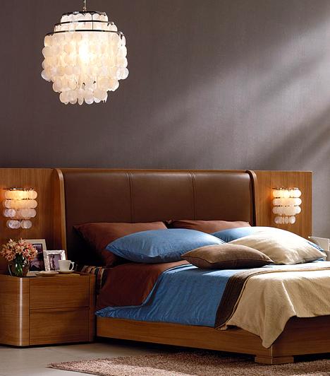 Ágynemű  Az előkészületek után arról sem árt gondoskodnod, hogy az ágy tökéletes legyen. Válassz puha, tiszta pamutból készült ágyneműt, színeit pedig igazítsd a hálószoba világához vagy éppen saját hangulatodhoz. A legjobb összhatást úgy érheted el, ha a lepedő színét is az ágyneműhöz igazítod.   Kapcsolódó cikk: Tökéletes hálószoba az ágyrengető szexhez »
