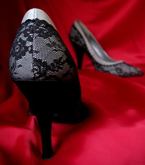 Szexi magassarkúFelöltözve vagy félig levetkőzve, egyetlen hálószoba-öltözet sem teljes cipő nélkül. Tedd varázslatossá párod estéjét azzal, hogy a legszexisebb cipődet veszed fel, amitől teltebbnek látszanak körvonalaid, és ami csípődet, feneked és melledet egyaránt hangsúlyozza.