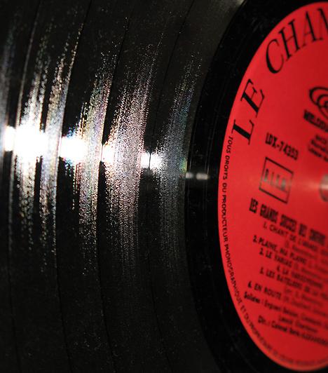 Romantikus zene  Egy érzéki éjszaka nem lehet tökéletes zenei aláfestés nélkül. A muzsika életre kelti az érzelmeket és az érzékeket: válassz egy füstös jazz-albumot, vagy tedd be kedvenc romantikus zenéidet a lejátszóba, és add át magad a szenvedélynek!  Kapcsolódó cikk: 4 dolog, amit elvárhatsz a pasitól a szexben »