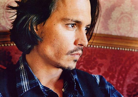 Johnny Depp úgy csinál, mintha észre sem venne, de valójában csak rád gondol. Ezért még Vanessát is eheti a féltékenység.