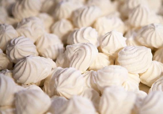 KókuszcsókVégtelenül egyszerű, de nagyszerű édességek rovatunk egyértelmű sztárja a kókuszcsók, ami annyira egyszerű, hogy szinte el sem kell engedned a párod kezét, úgy is össze tudod dobni, így mindenki nyer - egy percet sem veszítetek el a közösen töltött időből, és édesség is lesz az asztalon.
