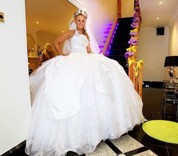 Ez a menyasszonyi ruha mintha kissé túlméretesre sikerült volna. Azért remélhetőleg a leányzó kifért a bejárati ajtón, hogy elindulhasson a templomba.