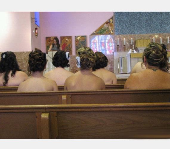 Upsz, a lányok ruha nélkül ültek be a templompadba. Legalábbis látszólag, mert a koszorúslányruhák úgy tűnik, mind pánt nélküli fazonban készültek. Szemfüles fotóst választott a pár.