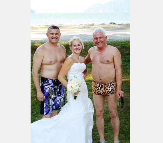 A leopárdmintás fürdőgatyát kevesen látnánk szívesen az apósunkon, pláne az esküvői fotónkról visszaköszönve.