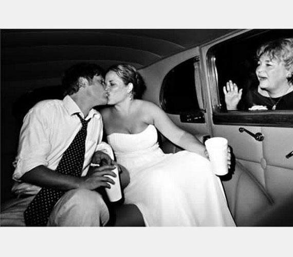 A pár gyönyörű, a fekete-fehér egyensúly mesteri, a jelenet romantikus, csak a kedves, búcsúzó anyós ne lenne a képen, aki tönkrevágja a képet.