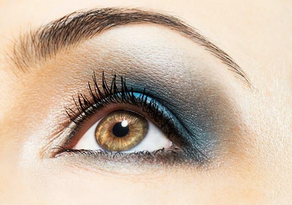 A kék és az ezüst kombinációja jégkirálynő-tekintet varázsol mindenféle színű szemnek. Ha nem szeretnéd magad könnyen adni, akkor ezzel a sminkkel tedd egyértelművé óhajodat.