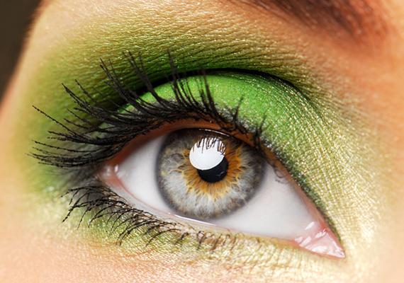 A fűzöld szemhéj pajkosságról árulkodik, legjobban a kékesszürke szemet emeli ki. Bézs színnel kombináld a festéket, a kettő ugyanis remekül kiegészíti egymást.