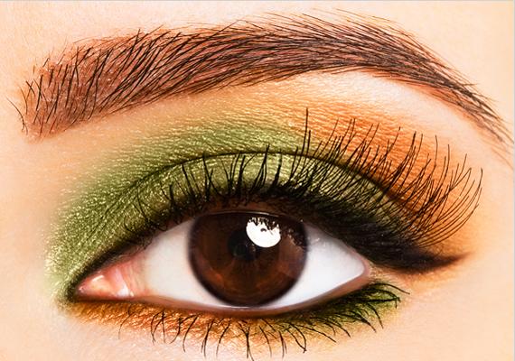 A zöld és bronzos narancs melegséget csempész a kifejezetten csokoládébarna szemekbe. Belülre vidd fel a zöldet, kívülre a másik árnyalatot, míg alul pont ellenkezően végezd a műveletet. Ettől lesz pajkos a smink.