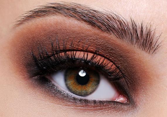 A barna smink nem unalmas, sőt. Olyannyira kiemeli a barna szemet, hogy a párod képtelen lesz nemet mondani neked. A legjobb, ha egészen halvány rózsaszínnel kombinálod.