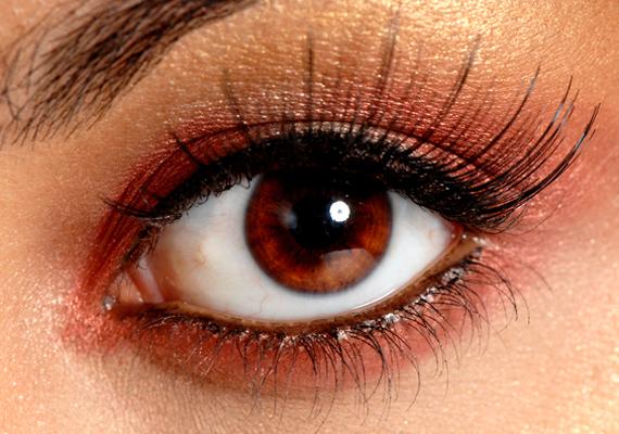 A bronzos csillogás melegsége a barna szemekbe égő tüzet költöztet, pláne akkor, ha fekete kontúrt használsz hozzá.