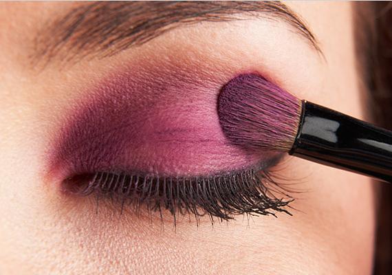 A lilás árnyalatok nagyon jól passzolnak a kék és barna szemhez, de vigyázz, mert ebből a színből a kevesebb mindig több!