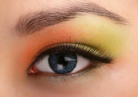A sárgák átmenete és a zöld élénkké teszik a tekinteted, legjobban zöld szemekhez illik ez a smink.