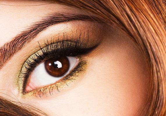 Az arany egzotikus megjelenést kölcsönöz, akár barna, akár kék a szemed. Ha mindezt még szemhéjtussal is kiegészíted, lehengerlő hatást érhetsz el.