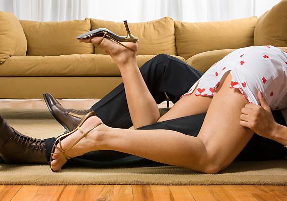 Ha kicsit felpezsdítenéd a mindennapokat, ajándékozz erotikus társasjátékot. Ezt kicsomagolás után akár azonnal ki is próbálhatjátok.
