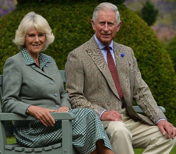 Károly herceg és CamillaKároly herceg egy pólómérkőzésen ismerkedett össze a fiatal Camillával, akitől a katonai szolgálata szakította el. És mivel addig a herceg nem kérte meg Camilla kezét, a lány egy másik udvarlójához ment hozzá. Ám viszonyukat később folytatták, amit igyekeztek titokban tartani.Mikor Camilla házasságát hivatalosan is felbontották, rá egy évre Károly is kieszközölte a válást. Az akadályok látszólag elgördültek útjukból, azonban Diana tragédiája hosszabb visszahúzódást kényszerített rájuk, mint ahogy azt előtte tervezték. Csak 2005-ben házasodtak össze, azzal a kikötéssel, hogy ha Károly a trónra lép, Camilla nem viselheti a királyné címet. Vagyis ezúttal a politika rábólintott arra, hogy a trón várományosa egy elvált asszonnyal keljen egybe, de megszabta hozzá a feltételeket.