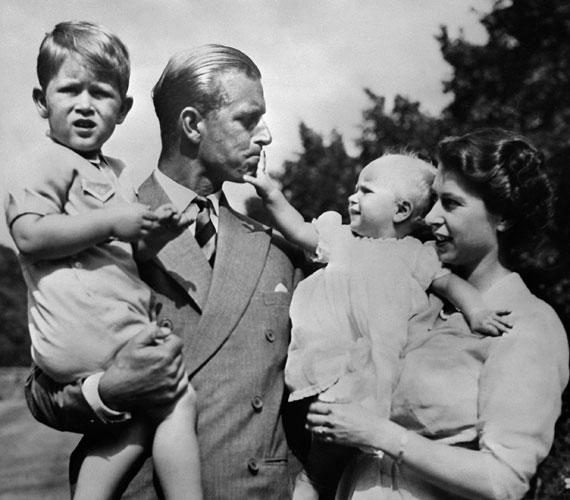 Erzsébet királynő és Philip hercegErzsébet, a trón első számú várományosa csupán 13 éves volt, mikor megismerkedett a görög herceggel, és azonnal egymásba szerettek. Titkos levelezésbe kezdtek, és öt év után el is jegyezték egymást. A hosszú és romantikus udvarlást pazar esküvő követte 1947-ben, amelyet akkor még csak a rádió közvetített.A párnak két gyermeke született - Károly herceg és Anna hercegnő - a trónra lépés előtt, és kettő - András és Edward herceg - azt követően.