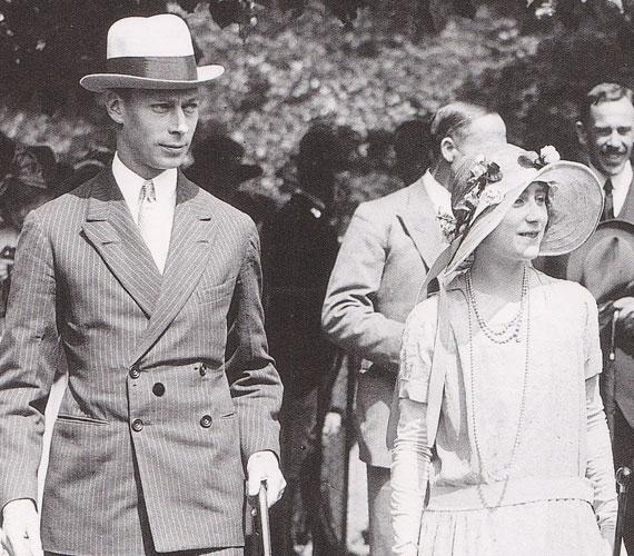 VI. György király és Lady Elizabeth Bowes-LyonAlbert herceg bátyja, VIII. Edward lemondása után, 1936-ban került a trónra és ezzel együtt a figyelem középpontjába. Az addig visszahúzódó életet élő trónörökösnek így nagy kihívást jelentett közszereplőként elindítani uralkodói éveit.1923-ban kötött házasságot Lady Elizabeth Bowes-Lyonnal. Ő volt az első a királyi család történetében, aki nem királyi házból választott feleséget magának. Ezt a tettét kimondottan modern lépésnek és a monarchia korszerűsítésének tartotta a közvélemény. Boldogságukat két lányuk, Erzsébet - a későbbi királynő - és Margaret tette teljessé.