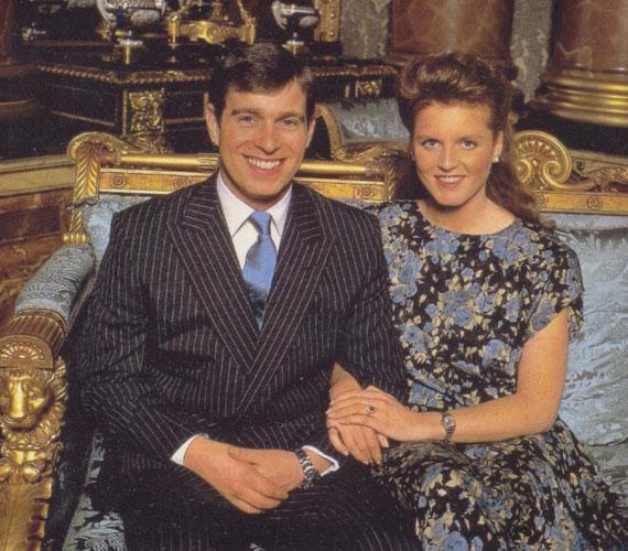 András herceg és Sarah FergussonA királynő második fia, András herceg is sokáig boldog házasságban élt Sarah Fergussonnal - akitől két lánya született -, ám 1996-ban elváltak. Ezután is odaadó szülők maradtak, és a legutóbbi híresztelések szerint azon gondolkodnak, hogy ismételten összekössék életüket.