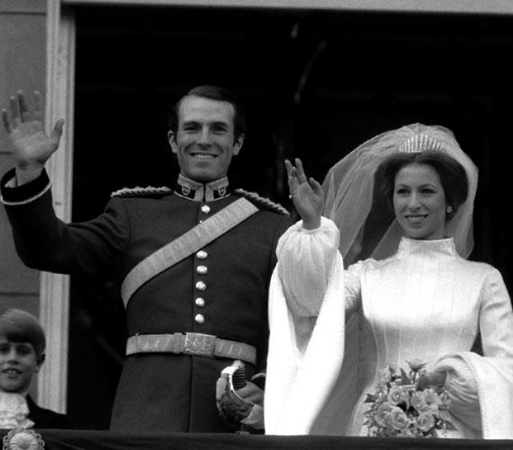 Anna hercegnő és Mark Phillip kapitányErzsébet királynő egyetlen lánya, a lovassportok egyik angliai kulcsfigurája, Anna 1973-ban kötött házasságot a királynő őrségéhez tartozó dragonyos tiszttel. Kapcsolatukból két gyermek született - lányuk folytatja az anyai hagyományokat, és maga is versenyzőként vesz részt lovasviadalokon.Azonban ez a házasság is megromlott, 1992-ben Anna hercegnő elvált a kapitánytól, és még ugyanabban az évben összeházasodott Timothy Laurence tengerészparancsnokkal.