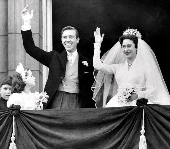 Margit hercegnő és Antony Armstrong-JonesErzsébet királynő húga sokkal szabadabb életet élt, mint nővére. Számos kapcsolat előzte meg Peter Townsend kapitánnyal folytatott románcát, amelyből házasság végül nem lett, bár a katonatiszt megkérte a fiatal hercegnő kezét. Az akkor már elvált férfival kötött házasság nem vetett volna jó fényt Margitra és a monarchiára, és az egyház és a politikai elit tanácsadói meggyőzték Margitot, hogy mondjon nemet Townsendnek.Végül Antony Armstrong-Jones fotográfushoz ment feleségül, miután megtudta, hogy a külföldi szolgálatra delegált Townsend megkérte belga barátnője kezét. Margit és Anthony 1960-ban tartott esküvője volt az első királyi esküvő, amelyet közvetített a brit televízió.