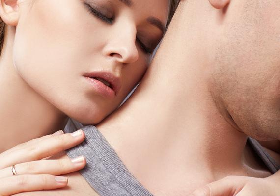 A nyakat halmozd el apró csókokkal, és finoman harapdáld meg, ezzel pillanatok alatt felkorbácsolhatod a szenvedélyt.