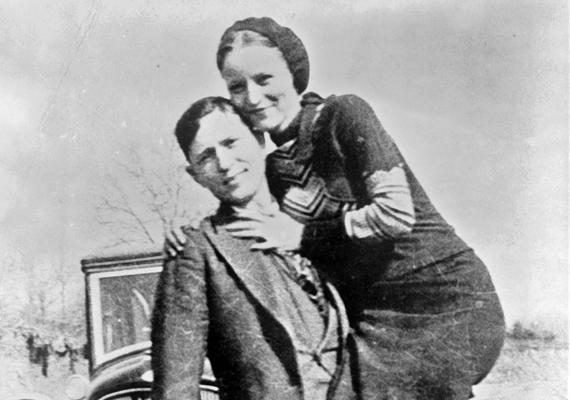 Bonnie és Clyde szerelme a börtönben kezdődött. A férfi éppen büntetését töltötte, amikor megismerte a nőt. Szerelem volt ez első látásra, a maga furcsa, torz módján - Bonnie fegyvert csempészett be a férfinak, hogy az meg tudjon szökni. Miután Clyde-ot újból elfogták, még két évet húzott le a rácsok mögött, utána viszont, szakítva a polgári élettel, mindketten bűnözőnek álltak, rabolni és gyilkolni kezdtek. Vesztüket egy tűzpárbaj okozta, amibe azonnal belehaltak.