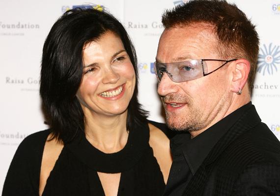 Nők milliói rajonganak a U2 énekeséért, de az ő életében csak egy nő létezik, Ali Hewson, akit 1982-ben vett feleségül. Hiába a a folyamatos ostromlás, Bono köztudottan a családjának él, szerelmükből két lány és két fiú született.