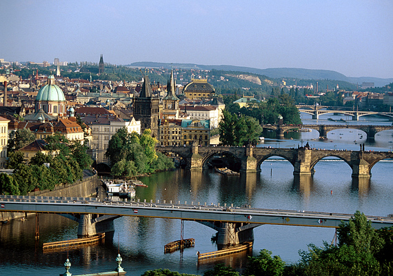 A történelem sokszor romantikára sarkall, nem véletlen tehát, hogy az ódon Prága megdobbantja a szíveket.