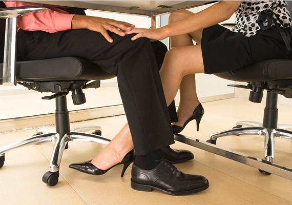 Egy-egy véletlen mozdulat az asztal alatt beindítja a fantáziát. Hát még, ha a lábad érzékeny területre téved.