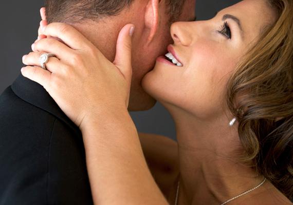 Suttogj halkan, akár szexi szavakat is. Ez a szeretkezés közbeni kommunikációra emlékezteti majd a kedvesedet.
