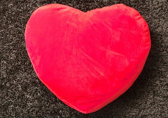 Vásárlásnál legyen a mottód az, hogy csak semmi szív alakú és mintájú. Nincs olyan férfi, aki ilyesmit kitenne az otthonában, akármennyire is szeret téged.