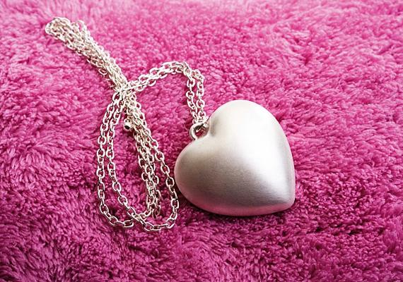 A szív a szerelem jelképe, a szimbolikában nagy jelentősége van. Medálként viselve állandóan a segítségedre lehet.