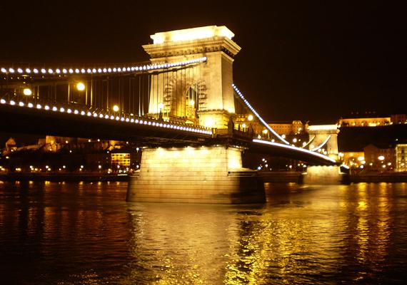 Budapest nemcsak hazai viszonylatban, de világszinten is az egyik legromantikusabb város, pláne éjszakai fényben.