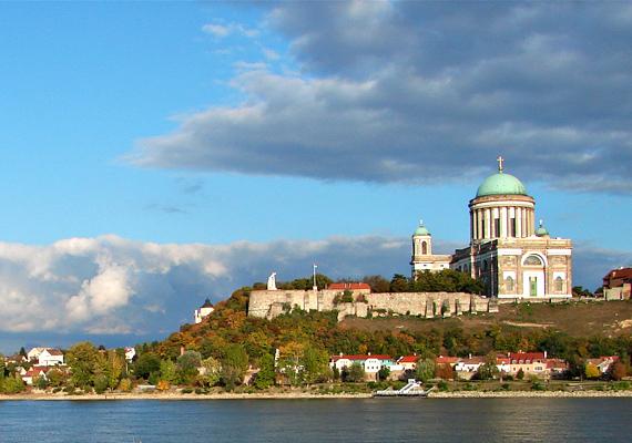 A Duna mellett fekvő Esztergom igazi kincs a magyar városok között, hála sok-sok évre visszatekintő múltjának és sokszínű kultúrájának.