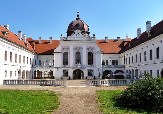 A gödöllői kastély pompájáról kizárólag a szerelemre lehet asszociálni, de nemcsak a kastély és parkja, hanem maga a város is megér egy misét.