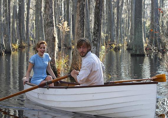 Vajon a társadalmi különbségek a szerelem útjába állhatnak? A Szerelmünk lapjai című filmben Rachel McAdams és Ryan Gossling találgatja a választ.
