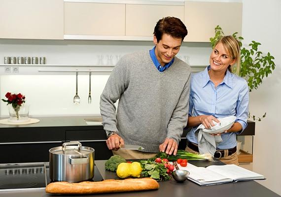 Egy közös hobbi is hasonlóan összecsiszol. Ha például szerettek főzni, akkor jelöljetek ki egy olyan napot a héten, amikor egymás társaságában tevékenykedtek a konyhában. Itt aztán elindulhatnak a szexi szócsaták, de akár a hétköznapi történéseket is megbeszélhetitek.