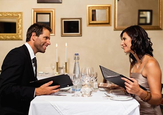 A randizás szakaszát érdemes minden hónapban egyszer felidézni. Sok izgalmat rejt, ha ilyenkor szépen kiöltözve elmentek vacsorázni - persze külön érkezéssel. A nosztalgiafaktor mindig szilárdabbá tesz egy kapcsolatot.