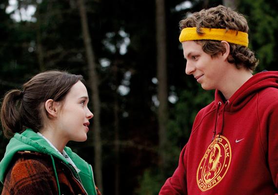 A Juno című filmben Ellen Page azzal szembesül, hogy teherbe esett. A tinilány úgy dönt, barátnője segítségével nevelőszülőket keres a kicsinek, akiket Jennifer Garner és Jason Bateman személyében meg is talál. Szerencsére Juno szülei is mindenben támogaják a lányt, ahogyan a biológiai apa, Michael Cera is.