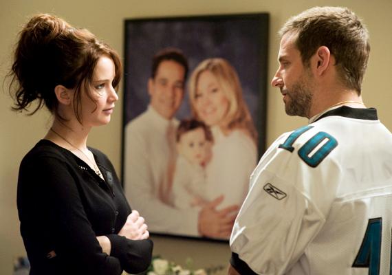 A legújabb kedvenc, a Napos oldal Bradley Cooperrel és Jennifer Lawrence-szel a főszerepben már sokak tetszését elnyerte. A férfi nyolc hónapos elmegyógyintézeti kezelés után megpróbálja visszaszerezni régi életét, de minden jel arra mutat, hogy egy új élet sokkal csábítóbb.