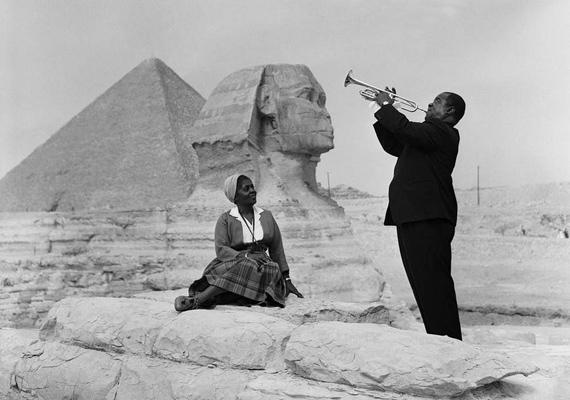 Louis Armstrong éppen a feleségének ad szerenádot a gízai piramisok előtt.