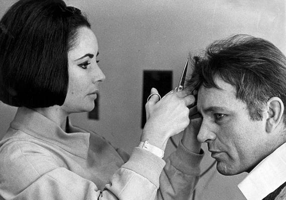 Richard Burton és Elizabeth Taylor kapcsolata a viharosságáról volt híres. Kétszer is házasságot kötöttek, de egyszer sem sikerült egymás mellett megállapodniuk. Ez a fotó azonban bepillantást enged egy gyengéd, vitáktól mentes pillanatukba.