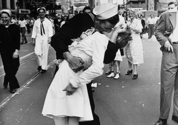 A Times Square titokzatos csókja a mai napig az egyik legromantikusabbnak számít, még akkor is, ha csak az öröm hevében csattant el.