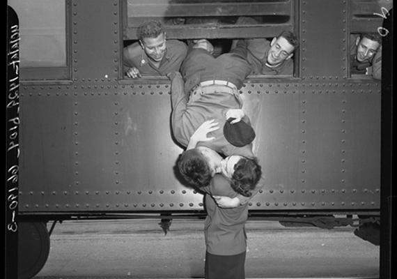1950-ben készült a fotó, amin egy kaliforniai nemzeti gárdista az utolsó pillanatig búcsúzkodik feleségétől.