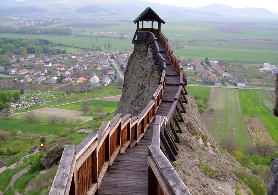 Borsod megyében, a Hernád folyó völgyében fekvő Boldogkőváraljában úgy érezhetitek, mintha megállt volna körülöttetek az idő. Az ősi várat, a kastélyt és az apró kápolnát mindenképpen nézd meg.