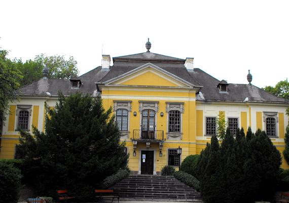 A szőlőhegyekkel határolt, Egertől 12 kilométerre található gyönyörű fekvésű Noszvaj legfőbb látnivalója kétségkívül az 1770-es években épült De la Motte-kastély.