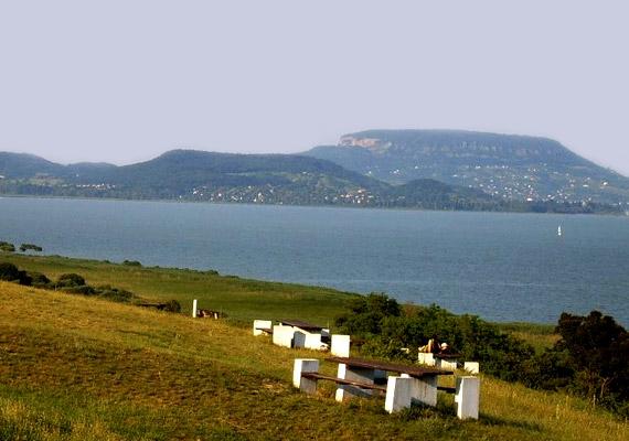 A Balatongyörök határában fekvő becehegyi Szépkilátóról talán a leggyönyörűbb panoráma nyílik a magyar tengerre. Ideális helyszín romantikus délutáni piknikezéshez, éjszakai csillagnézéshez vagy akár lánykéréshez is.
