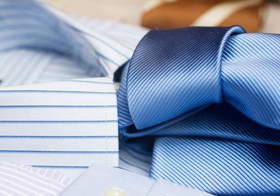 A nyakkendőnél kevés sablonosabb ajándék van. Ha a pasid naponta öltönyben jár, már a könyökén jönnek ki a nyakkendők, ha pedig sportosan, lazán öltözködik, nincs szüksége egy újabbra, hogy csak lógjon a gardróbban. Ennél már jobb választás egy póló vagy egy ing, ha mindenképpen ruhadarabot akarsz venni.
